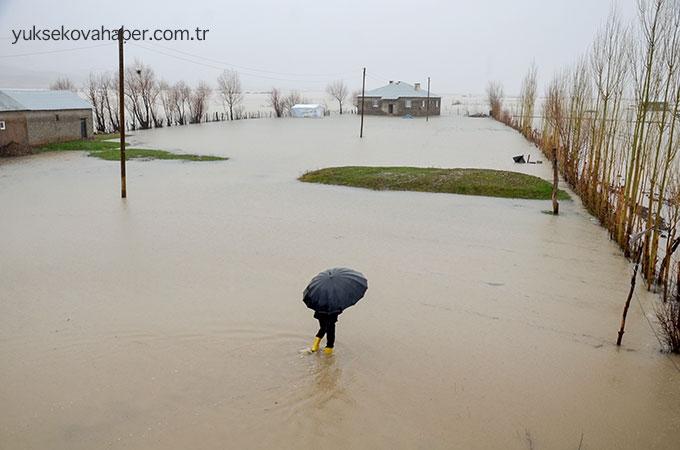 Yüksekova deresi taştı, onlarca ev su altında kaldı 1