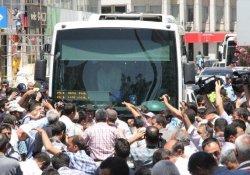 Urfa'da Geçici İşçiler Yol Kapattı