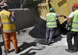 İpekyolu'nda bozulan yollar onarılıyor