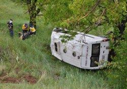Minibüs Şarampole Devrildi:3 Yaralı