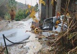 Kıbrıs'ta sel suları araçları sürükledi
