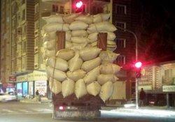 Aşırı yüklü kamyon tehlike saçtı