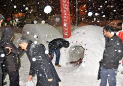 Hakkarili esnaf kardan ev yaptı