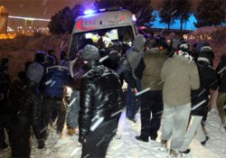 Polis aracı kayan gençlere çarptı