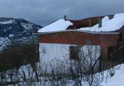 Kar çatıları yıktı