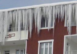 Üniversiteli gencin başına buz kütlesi düştü