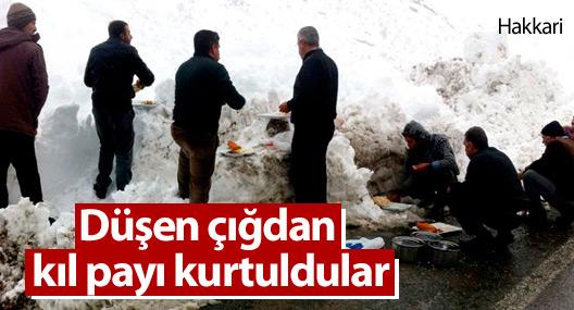 Hakkari'de karla mücadele ekipleri düşen çığdan kıl payı kurtuldu