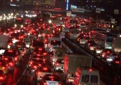 Kar yağışı İstanbul trafiğini felç etti