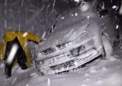 Kar yolları kapadı, çok sayıda araç mahsur kaldı