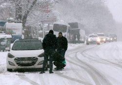 Abant yolunda onlarca araç yolda kaldı