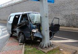 Ticari araç yön tabelasına çarptı: 6 yaralı