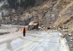 Trabzon-Gümüşhane Karayolu'na dev kaya düştü