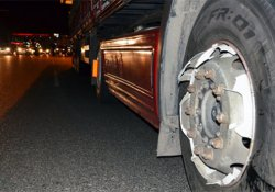 Motosiklet, TIR'ın tekerine çarptı: 2 ağır yaralı