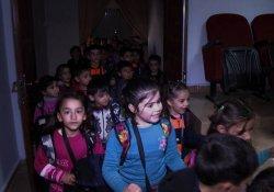 Sur'lu çocuklara tiyatro gösterimi