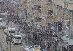 Hakkari ve Yüksekova'da kısa süreli kar yağışı