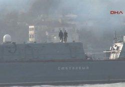 Rus savaş gemisi İstanbul Boğaz'ından 'dumanlar içinde' geçti
