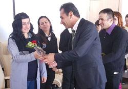 Yüksekova Havalimanı Müdürü, kadın çalışanlara gül hediye etti