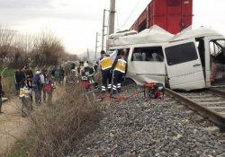 Tren, öğrenci servisine çarptı: 1 ölü, 16 yaralı