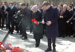 Davutoğlu ve eşi Kızılay'a karanfil bıraktı