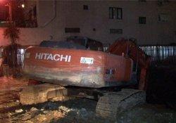 İstanbul'da 7 katlı binanın girişi çöktü