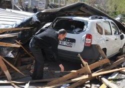 Fırtına çatıları uçurdu, araçları hurdaya çevirdi