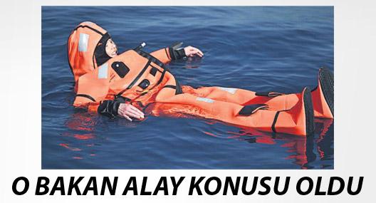 Göçmenleri anlamak için suya atlayan bakan alay konusu oldu