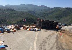 Virajı alamayan kamyon yan yattı, 2 kardeş öldü