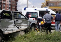 Yaralı taşıyan ambulansla otomobil çarpıştı: 3 yaralı