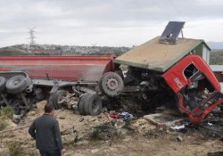 Freni patlayan kamyon elektrik trafosuna çarptı