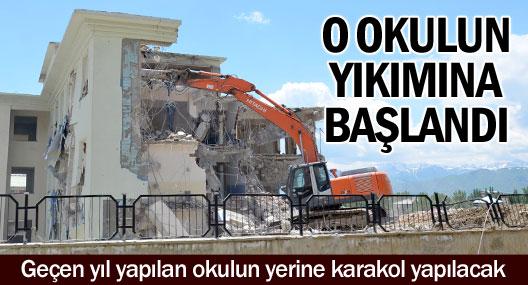 Yüksekova'da acil kamulaştırma kararı alınan okulun yıkımına başlandı