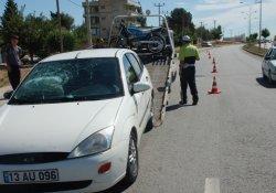 Otomobil kaldırıma çarptı: 1 yaralı