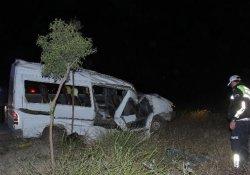 Minibüs, aydınlatma direğine çarptı: 2 ölü