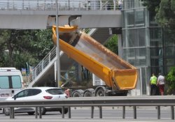 Seyir halindeki kamyonun dorsesi üst geçitte asılı kaldı