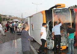 Otobüs bariyerlere çarparak devrildi: 27 yaralı