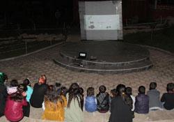Başkale'de çocuklara açık havada film gösterimi