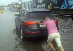 İstanbul'da yoğun yağış su baskınlarına neden oldu