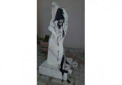 Vietnamlı sanatçının heykeline boyalı saldırı