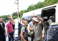 Serbest bırakılan üç 'barış yürüyüşçüsü' yollarına devam ediyor