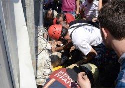Kepçe ile yıkılan binadan kopan beton, bekçinin üstüne düştü