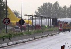 İtalya'da pistten çıkan uçak otoyola girdi