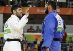 İsrailli rakibinin elini sıkmayan Mısırlı judocu ülkesine geri gönderildi