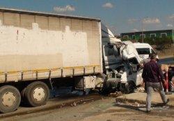 Tuzla'da minibüs kamyonla çarpıştı: 1 ölü, 2 yaralı