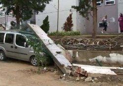 Okulun bahçe duvarı araçların üzerine yıkıldı