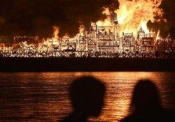 Büyük Londra Yangını' anması için dev Londra maketi ateşe verildi