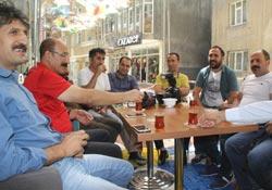 Gazetecilere Şemsiyeli sokakta yemek verildi