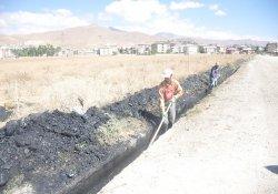Yüksekova'da atık su kanalları temizleniyor