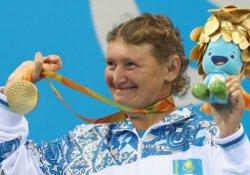 50 yaşındaki Kazak Paralimpik yüzücü dünya rekorunu kırdı