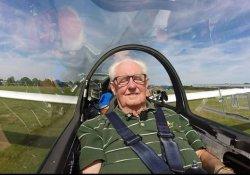 60 yıllık biletle uçma hayalini gerçekleştirdi