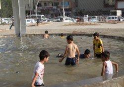 Sıcaktan bunalan çocuklar süs havuzlarında serinledi