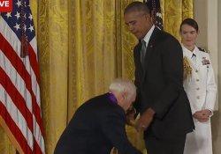 Obama'nın pantolonunu indirmeye çalıştı